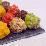 Sur le blog, je vous propose une idée sympa pour un apéro festif : des billes de foie gras enrobées aux fruits secs !  C'est méga simple à faire et c'est super bon ! Ça vous dit ?  #cuisinonsencouleurs #foiegras #frenchfood #apero #montfort #apéro #christmas #boulette #fingerfood #christmasrecipe #noel #foiegrasmontfort