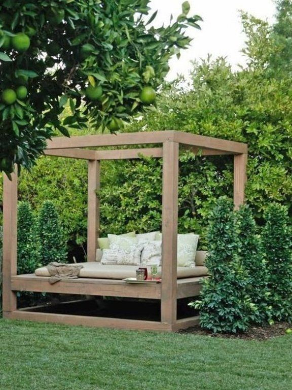 Eine Sitzecke Aus Holz F R Den Garten Diy F R Den Sommer Garten Gartenlounge Gartenpaletten Sitzeckegarten Outdoor Beds Diy Garden Outdoor Gardens