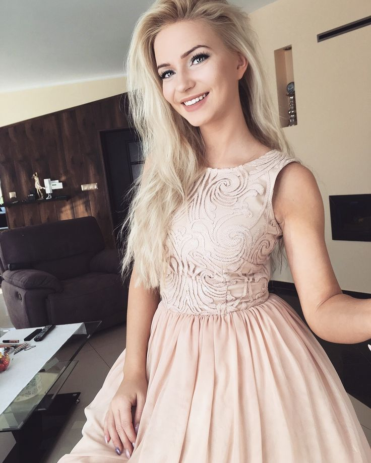 Tiulowa rozkloszowana sukienka w kolorze nude