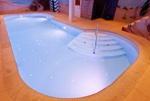 Zwembad Welness Centrum:  Dit project is uitgevoerd in opdracht van het Orange wellness center in Alphen aan de Rijn. Hier hebben we een wit zwembad vervaardigd met trap en bubbelbank. Onderstaand de foto's van het begin in de werkplaats, transport, plaatsen en het eindresultaat.