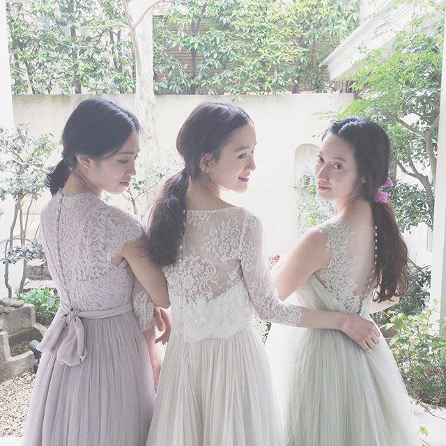 今日は新作ドレスの撮影*  みずきちゃん、みやこちゃん、なおこさん。  それぞれみんな似合っていてとっても可愛かったです^ ^  hairmake @haruohana @carolina.natuki  flowers @fiore_soffitta  dress @maisonsuzu   #maisonsuzu #カラードレス
