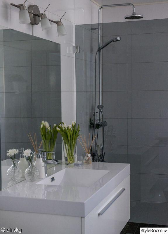 badrum,toalett,kommod,handfat,spegel,duschvägg,vas,blandare,kakel
