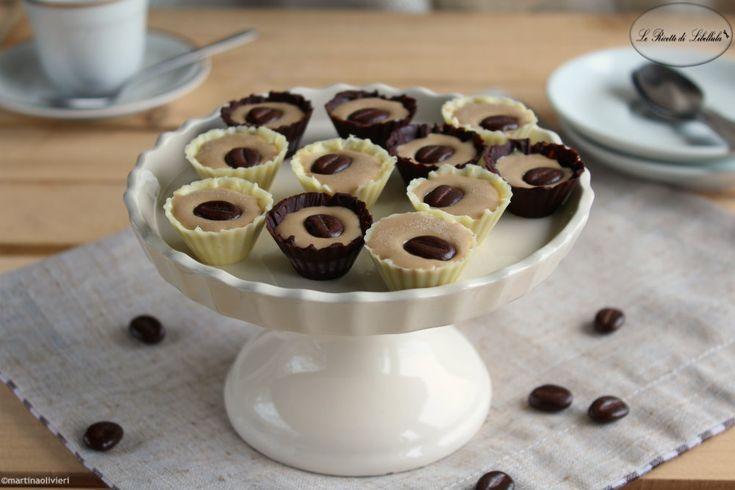 Ricetta per realizzare dei gustosi e sfiziosi cioccolatini ripieni di ganache al caffè.