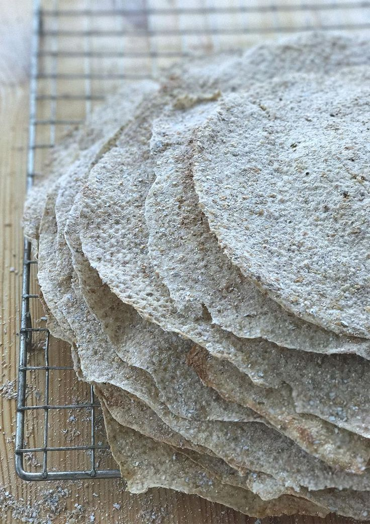 Å lage sine egne flatbrød er ikke så vanskelig som det kan høres ut. Følg denne oppskriften på flatbrød - og smør deg med tålmodighet. Lykke til!