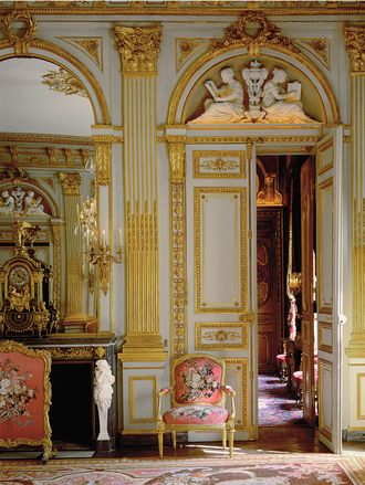 Shown here is the Hôtel de La Vaupalière in Paris. This building underwent extensive renovation of the painting, gilding, woodwork, marble and other elements, carefully adhering to its 18th- and 19th-century style.