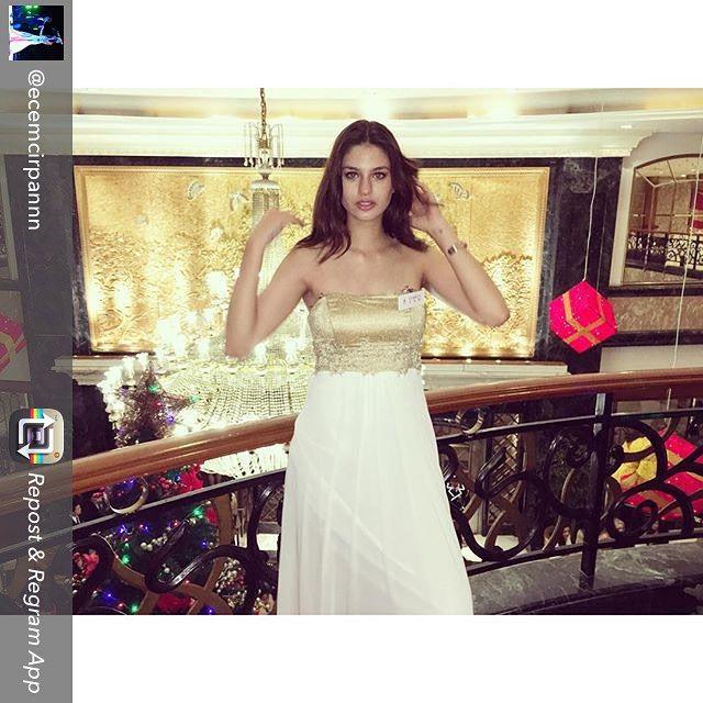 Sevgili Ecem Çırpan, Alchera elbisesiyle yarışmanın Yılbaşı kokteylinde zarafetiyle göz doldurdu..#ecemcirpan #missworld2015 #missworldturkey2015