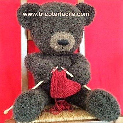 Découvrez comment tricoter de magnifiques ours peluches.. Superbement réussi cet ours est issu du site www.tricoterfacile.com. Un gros nounours comme on les aime, mignon tout plein, moelleux à souhait avec une bonne bouille qui ne manquera pas de séduire petits et grands. Une bonne idée de cadeau...