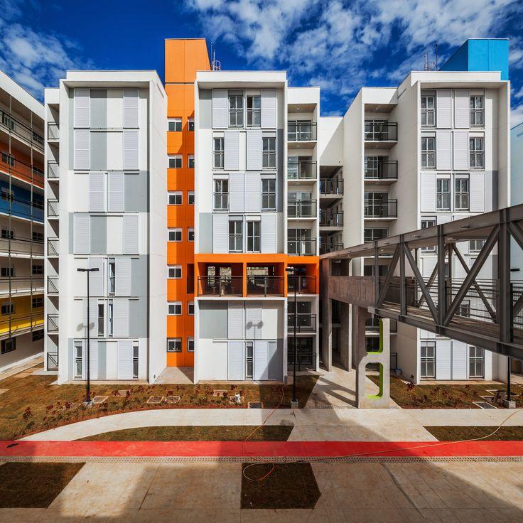 Construído pelo Biselli Katchborian Arquitetos na São Paulo, Brazil na data 2014. Imagens do Nelson Kon. Em uma oportunidade incomum para a cidade de São Paulo, o modelo de torres isoladas é substituído pelo modelo típico ...