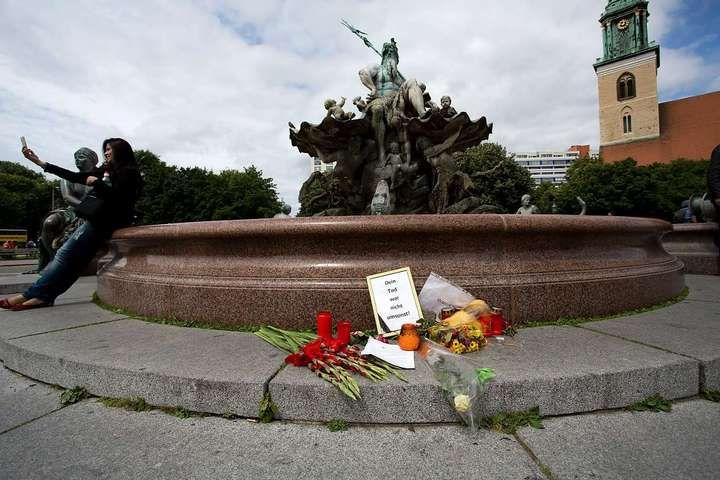 Der Tagesspiegel Online/ Nach dem tödlichen Einsatz am Alexanderplatz in Berlin Mann im Neptunbrunnen litt an Schizophrenie /01.07.2013 /von Tanja Buntrock/ http://www.tagesspiegel.de/berlin/nach-dem-toedlichen-einsatz-am-alexanderplatz-in-berlin-mann-im-neptunbrunnen-litt-an-schizophrenie/8432866.html