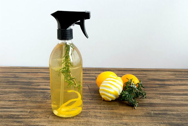 レモンの香りでリフレッシュ!拭き掃除に活躍する、Lemon Rosemary Cleaning Sprayの作り方。