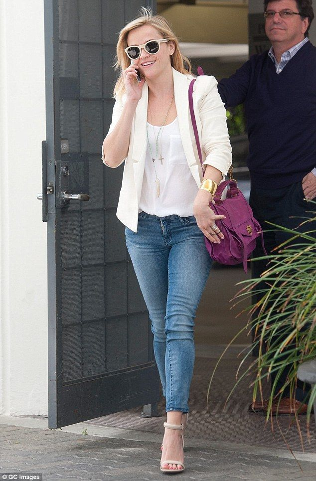 Reese Witherspoon is chic in white blazer and tight skinny ...