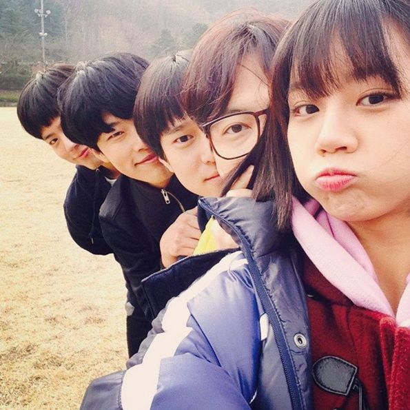 The core friend group: Deok Sun (Hyeri), Dong Ryong (Lee Dong Hwi), Sun Woo (Go Kyung Pyo), Jung Hwan (Ryu Joon Yul), and Taek (Park Bo Gum)