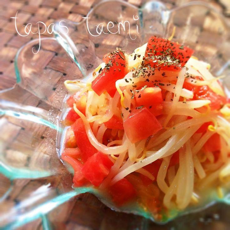 トマトの酸味が効いた、夏にピッタリのナムルです( ´ ▽ ` )ノ  *もやし 1袋 *トマト 1個 *鶏ガラスープの素 小さじ2 *レモン汁 小さじ1 *オリーブオイル 小さじ1 *にんにくチューブ 小さじ1  ①調味料はすべて合わせておき、トマトは1㎝角の角切りにする。  ②もやしは耐熱皿にのせ、ラップをし、レンジ500wで3分加熱する。  ③もやしの水気をとり、熱いうちに、調味料に入れ、良く混ぜる。  ④もやしが冷めたら、トマトも加え、冷蔵庫で冷やしたら出来上がりです♡  大葉や、バジルを加えると、より爽やかになり美味しいです♡