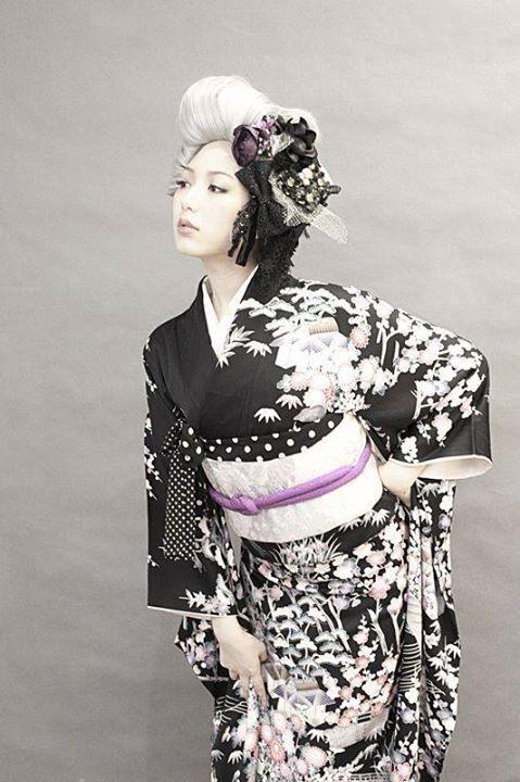 Kimono noir à décor de forêts et de maisons,   thekimonogallery