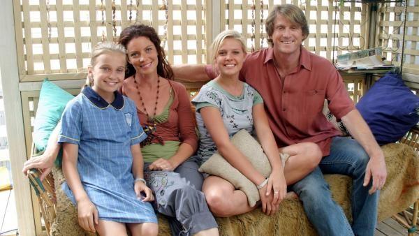 Mortified: Die Familie Fry (v.l.n.r.): Taylor (Marny Kennedy), Glenda (Rachel Blakely), Layla (Dajana Cahill) und Don (Andrew Blackman).