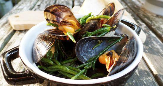 Haal de vakantie in huis: gekookte mosselen met zeekraal. Het zilte van zeekraal combineert goed met mosselen. Server er evt brood en een mosselsausje bij