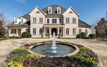 Kelly Clarkson Lists her Tennessee Mansion