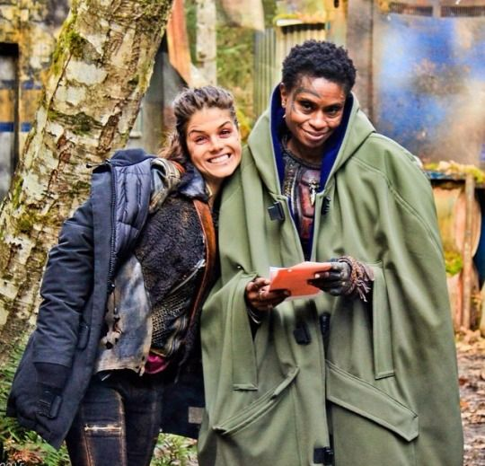 Marie Avgeropoulos and Adina Porter || The 100 cast behind the scenes || Octavia Blake and Indra