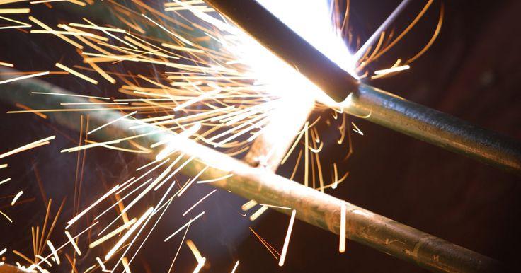 Cómo medir el cordón de una soldadura . El cordón de una soldadura descansa entre dos piezas perpendiculares de metal. Dicho cordón debe ser del tamaño del espesor más delgado del metal próximo a la unión soldada. Antes de medir el cordón de la soldadura, debes determinar si el mismo es convexo o cóncavo. La diferencia entre uno y otro es inmediatamente visible, dado que una soldadura ...