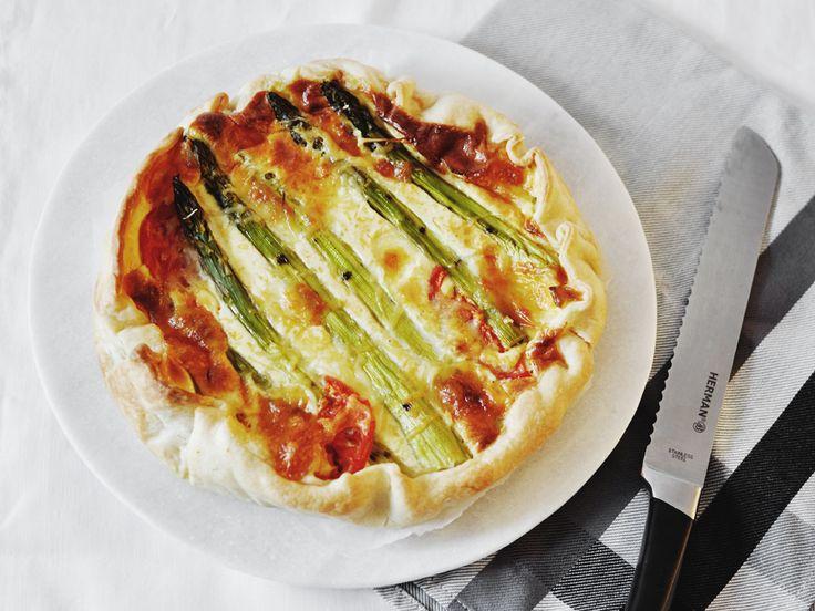 Het recept voor een heerlijke quiche met groene asperges, spek & tomaat van 88 Food. De basis van de quiche met groene asperges is het deeg van Tante Fanny.