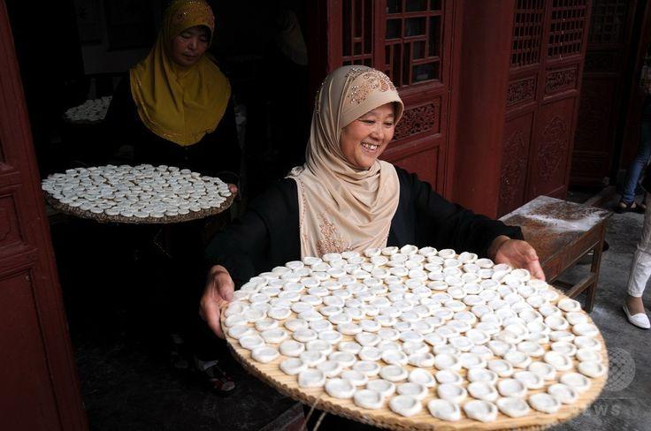 中国・山東(Shandong)省郯城(Tancheng)県のモスクで、イスラム教の断食月「ラマダン(Ramadan)」の終わりを祝う祭り「イード・アル・フィトル(Eid al-Fitr)」のために料理を準備するイスラム教徒たち(2014年7月29日撮影)。(c)AFP ▼30Jul2014AFP|断食月ラマダン終了、世界各地で「イード・アル・フィトル」 http://www.afpbb.com/articles/-/3021766 #Tancheng_Shandong