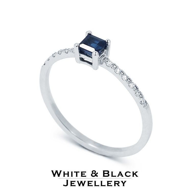 Eljegyzési gyűrű középen kék zafírral az oldalában pedig gyémántokkal - Engagement ring with blue sapphire in the centre and diamonds on the side