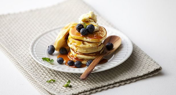 Syrupy crumpets with berries and cream