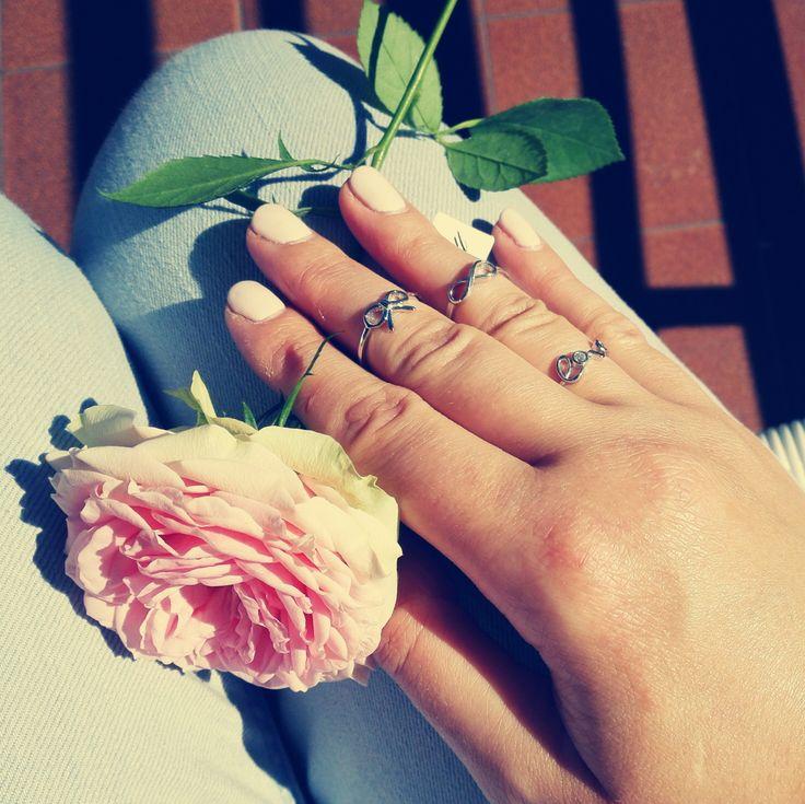Los anillos de primer nudillo, anillos medios o de memoria, poco importa como se llamen, lo verdaderamente interesante es que los anillos son joyas imprescindibles para las manos de toda mujer actu…