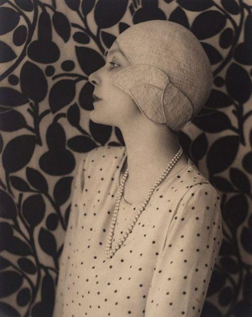 Harold Cazneaux, Doris Zinkeisen: New Idea portrait with leaf backgroung, 1929