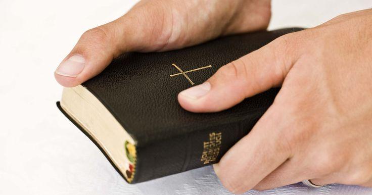 """Regalos para la ordenación de un diácono. Las iglesias de todo el mundo usan diáconos para varios propósitos. El rol de un diácono tiene su origen en el Nuevo Testamento, donde la palabra griega """"diakonos"""", o siervo, se usa para referirse a una función específica dentro de la iglesia. Hacer un regalo a los diáconos que recién se ordenan en el ministerio, es apropiado para ayudarlos a ..."""