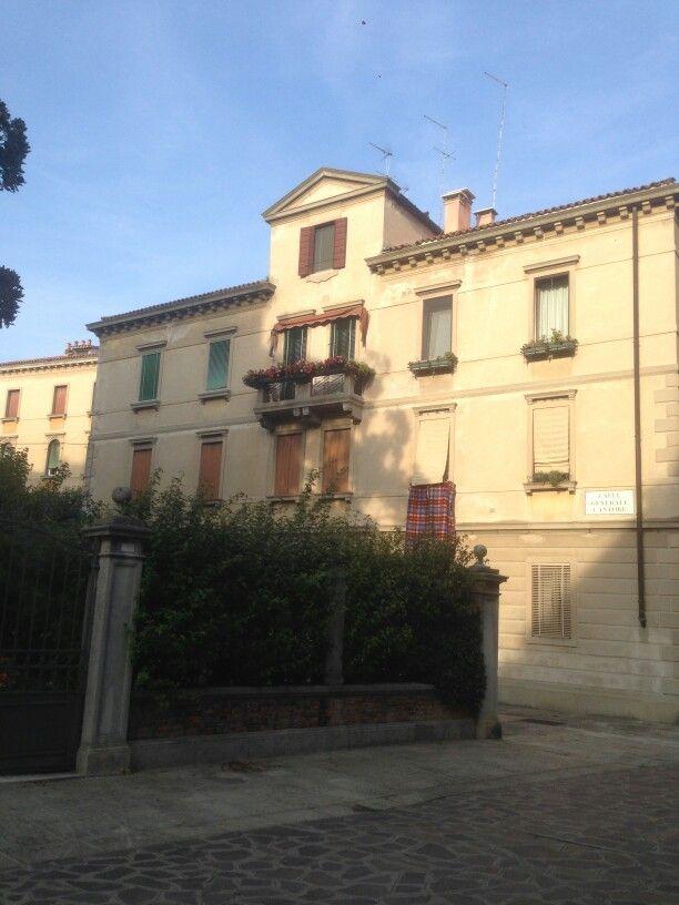 La facciata di calle General Cantore
