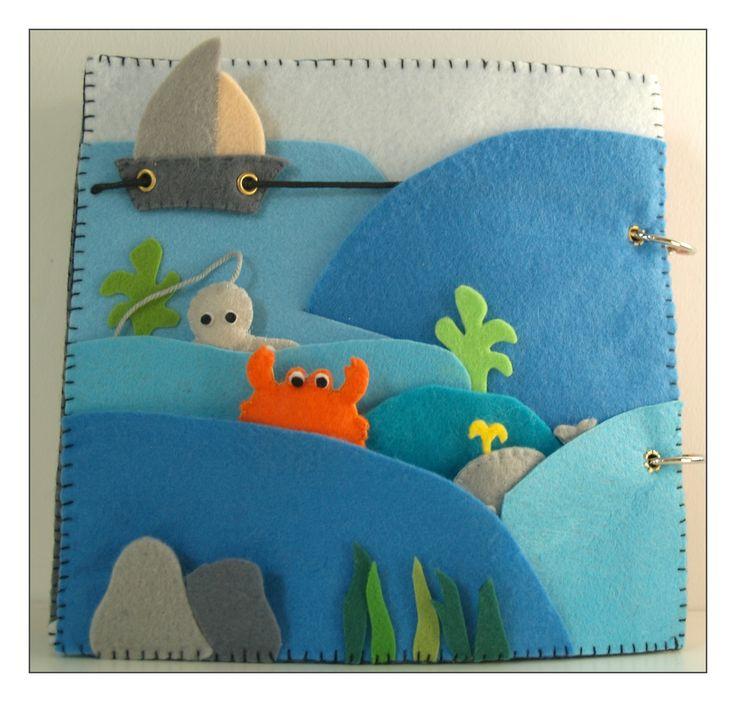# La page mer:  ici, les vagues ne sont cousues qu'en partie, afin d'y cacher les animaux qui sont retenus par un fil, le bateau se déplace de gauche à droite, et sous les galets, une carte au trésor dans sa bouteille, avec un magnet au dos: