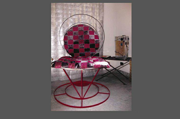 Yoga chair in metallo decorato con cuscini rivestiti in velluto a stampa.