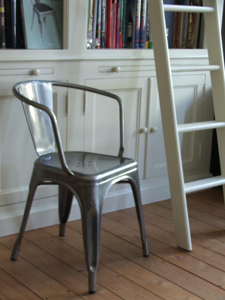 Es ist nicht lange her in Frankreich, dass man diese Stühle aus den vierzigern oder den fünfzigern Jahren noch in der Werkstatt, oder in der Scheune benutzt hat. Heute auch noch. Wenn nicht genug Stühle bei Opa und Oma waren, hat man einfach aus der Garage der verstaubte Tolix Stuhl mit seinen abgeblätterten Farbschichten herausgeholt, er war stabil und in der Not konnte man sich darauf setzen. Lange waren sie nur bei Antikhändlern zu sehen, heute erleben sie ein Comeback und feiern einen…