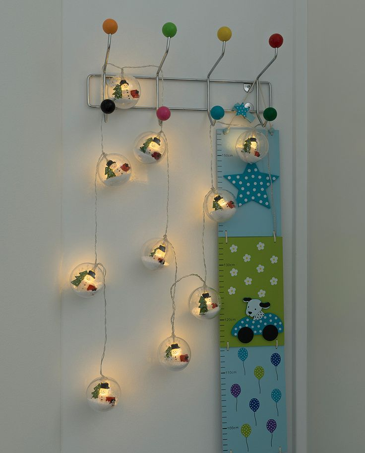 Nydelig lysslynge med 10 baller av plast med samme konsept som de gammeldagse snøglobene. Ballene inneholder en snømann og et grantre og er fyllt av små snøkuler som virvler rundt når du beveger på de. Lysslyngen har en timerfunksjon hvor den ved bruk vil lyse i 6 timer før den automatisk skrues av.