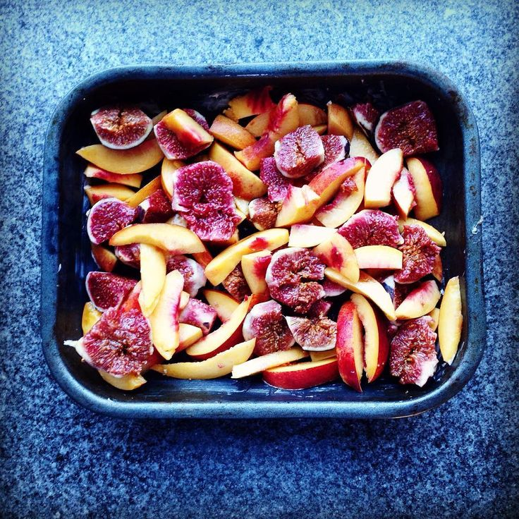 Is fig season over yet? If so, this is the last hurrah to some figs that I found in the corner shop today. Sunday arvo crumble baking. #thatsthewaythecrumblecrumbles #figs #nectarines #quickbakes #sundaybaking #seasonal #baking #baker #yum #thelasthurrah #plantpower @allplants