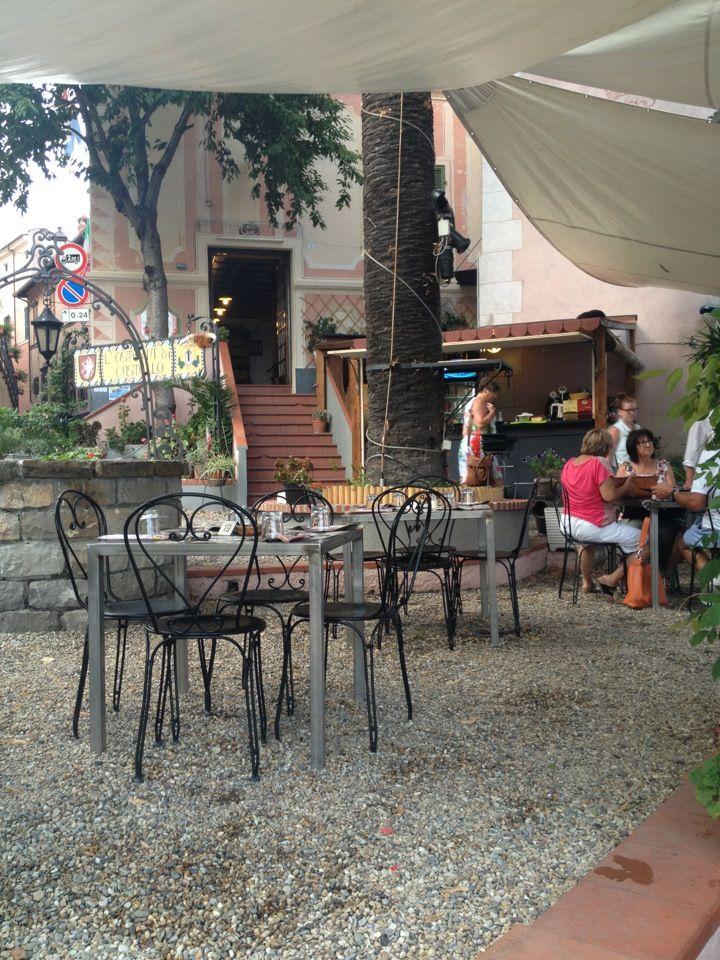 Osteria di castello nel Diano Castello, Liguria Siamo lieti di presentarvi un locale storico, dove cortesia e qualità della cucina si distinguono come caratteristiche principali, sottolineate da un' invidiabile posizione nel centro storico. Ampio dehor esterno estivo.