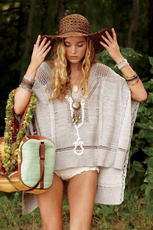 summer: poncho amplio en tono neutro, sombrero de paja y bolso de kilim étnico