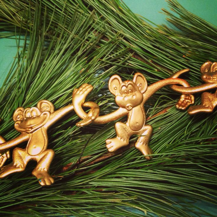 Barrel of monkey's spray painted gold for garland