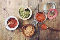 Pesto selber machen ist ein echter Lebensretter. Wir zeigen, wie Ihr Rotes Pesto (Rosso) und Grünes Pesto (Genovese) selber zubereitet und haltbar macht.