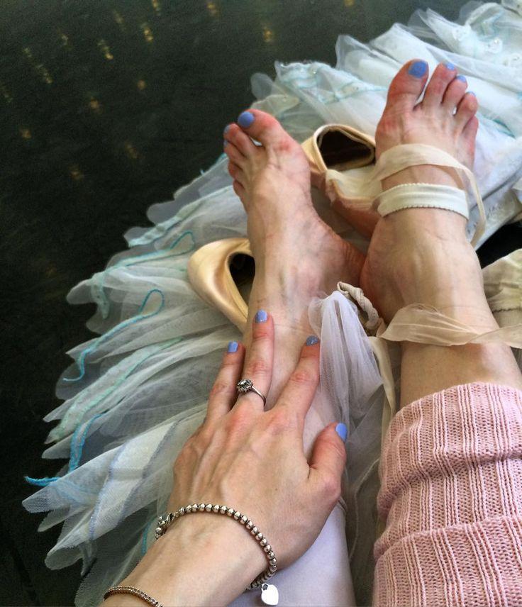 Prova dei 24 Cigni: piedi e mani con lo smalto Serenity Flash di @wycon_cosmetics per il progetto #coloralatuavita  #marygarret #ballerina #teatroallascala #milano #prove #swanlake #lagodeicigni #fashion #smalti #serenity #mycolors #loveit by marygarret7
