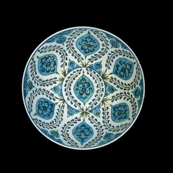 interior of basin.Iznik pottery. British Museum. London. Superbe à voir