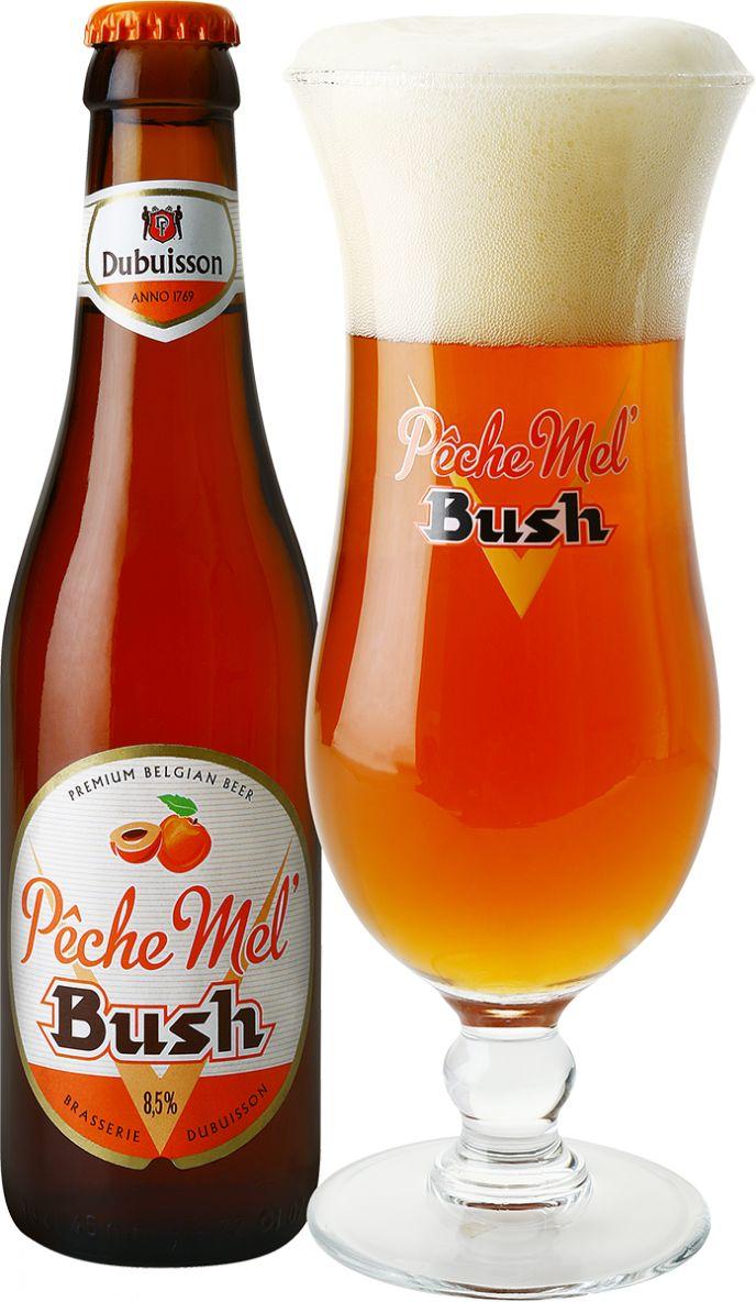 Pêche Mel Bush | De Pêche Mel Bush is een mooi amberkleurig bier. De aroma's verraden perziksap met een vleugje mango. De Pêche Mel Bush is rijk aan vruchtenaroma's (esters, banaan) die terugkeren in de smaak, met daarbij nog toetsen van karamel. Er is een zweempje zoet aanwezig dat nooit gaat overheersen. Dit lichtbittere bier drink je best zeer koel.