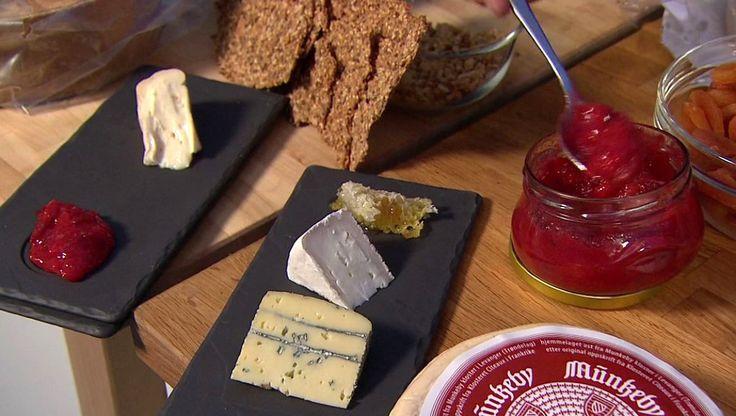 Ost, nøtteknekkebrød og plommekompott - Ost servert på steinhelle med honning og plommekompott.NRK