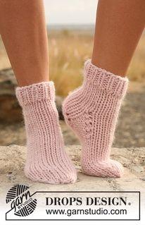 """Calze DROPS lavorate ai ferri a maglia rasata con coste in """"Eskimo"""". ~ DROPS Design"""