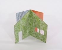 Puppenhaus aus Karton mit Tapetenmuster