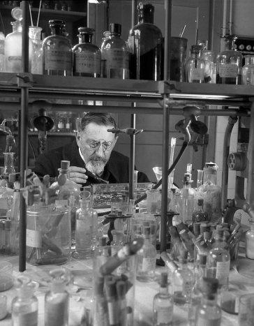© Robert Doisneau - Laboratoire de chimie minérale 1943                                                                                                                                                                                 Plus