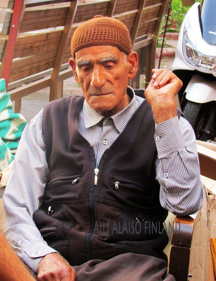 Turkkilainen mies peliin keskittyneenä, Turkey