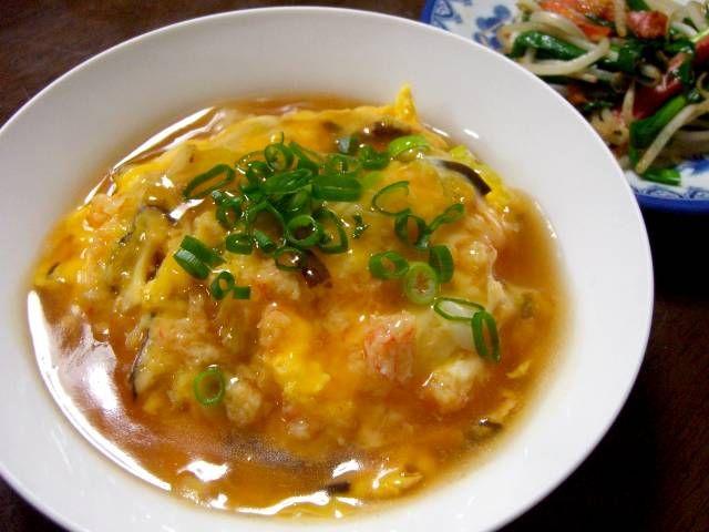 かに玉をご飯の上にかぶせてます。 いわゆる天津飯ですね。 中華なべは持っていないので、小さいフライパンで作ります。  かに玉あんかけ丼  22...