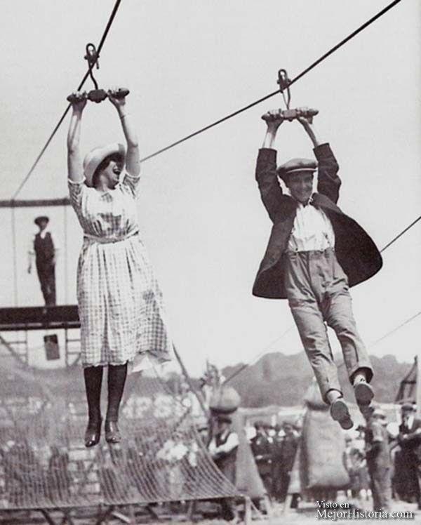 Una pareja disfruta de una tirolina en una antigua feria (1923)